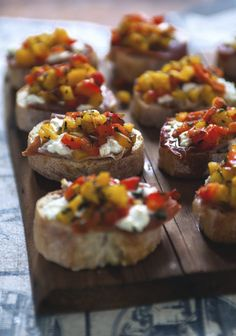 Bruschetta with grilled peppers, goat cheese & prosciutto - Three times a day - Here is a simple way to prepare a large amount of homemade bites. Prosciutto Recipes, Grilled Peppers, Roasted Peppers, Finger Foods, Italian Recipes, Italian Foods, Appetizer Recipes, Appetizers, Food Inspiration