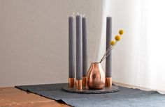 Sehr hübsche und minimalistische Variante – grau mit Kupfer! http://wp.hamburgvoninnen.de/2962/diy-kupfer-adventskranz/ ähnliche tolle Projekte und Ideen wie im Bild vorgestellt findest du auch in unserem Magazin . Wir freuen uns auf deinen Besuch. Liebe Grüße