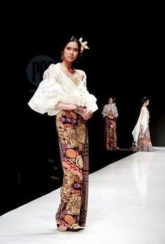 Designer Junjun Cambe's modern take on the barong and the Filipiniana were showcased during the Philippine Fashion Week Spring-Summer Collection The fashion show was held at the SMX Convention Center last October Modern Filipiniana Gown, Philippines Fashion, Philippines Culture, Filipino Fashion, Ethnic Fashion, Ankara Fashion, Africa Fashion, Fashion Show, Fashion Design