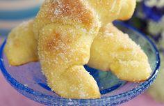 Mumsigt sommargoda gifflar med citronfyllning. Pensla med smör och doppa i socker. Ljuvligt!