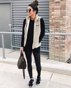 Leggings are a great fashion item to have in your wardrobe because it's so easy to create an outfit with them! Leggings can be so. Legging Outfits, Sporty Outfits, Leggings Fashion, Fall Outfits, Fashion Vest, Nike Outfits, Athletic Outfits, College Outfits, Fashion Outfits
