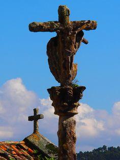 #Pontevedratrip Aparte de ser un pueblo precioso, Combarro destaca por sus cruceiros de piedra, como este, 100% gallego con sus líquenes y la hierba naciendo en la piedra