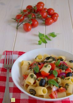 pasta fredda alla siciliana gp Tortellini, Fruit Salad, Dishes, Foodie, Ravioli, Gnocchi, Estate, Italian Recipes, Italy