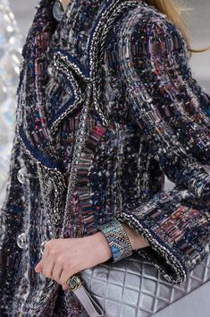 Chanel at Paris Fashion Week Fall 2017 - Details Runway Photos Chanel Fashion, Fashion Wear, World Of Fashion, Runway Fashion, Luxury Fashion, Womens Fashion, Paris Fashion, Chanel Fall 2017, Chanel Jacket