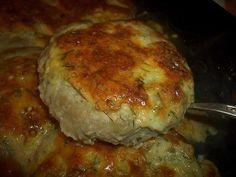 Dajte zbohom vyprážaným fašírkam. Skúste pečené placky z mletého mäsa plnené syrom a smotanou. Máte ho hotové len za 25 minút!   Chillin.sk