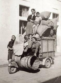 Monovolume Vespa et la famille à Salenteno (Italy)