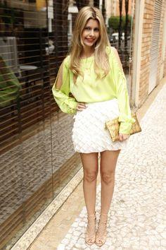 Camisa com recorte verde menta e sandália nude que ajuda a alongar