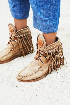 These 14 Shoes Are Trending Right Now and will be around in 2018 too - FASHIONTERA #shoes #trends #fashion #boots #womensfashion #trending #styles