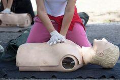 Comment se former aux gestes de premiers secours ? Apprendre ces gestes simples qui peuvent sauver des vies devrait être un passage obligé, pour tous. En réalité, seuls 30% des Français les connaissent. Toutes les informations pratiques pour vous former.