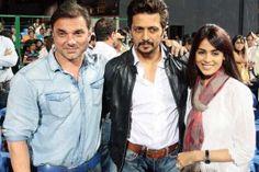 'Mumbai Heroes' owner Sohail Khan, skipper Ritiesh Deshmukh and wife Genelia D'Souza at CCL 2013 final.