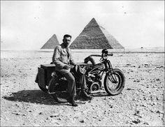 T. M. Moore, que atravessou o deserto da Líbia em uma moto, perto do fim de sua jornada, em frente das  pirâmides (cerca de 1925).
