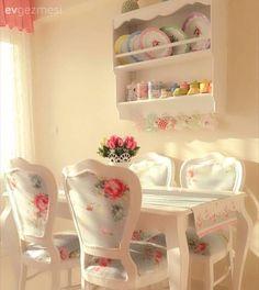 Mutfağın tasarımına, renklerine ve stiline uygun bazısı çiçek desenle cıvıl cıvıl, bazısı modern çizgide, bazısı ahşap ile naturel, bazısı ise rengarenk sandalyeleriyle hareket kazanmış 25 farklı stil...