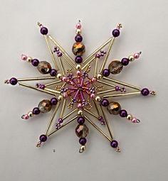 Vánoční ozdoba - korálková hvězda Vánoční hvězdička z korálků a perliček na pevné drátěné konstrukci , velikost 11cm v barvách zlatá fialová růžová