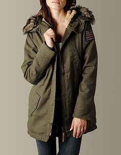 Fall is just around the corner so make sure to wrap yourself in plenty of warmth with the Military Parka Jacket in traditional army Green....