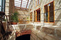 Z verandy vede vstup do sklepení pod někdejší stodolou. Interior Architecture, Interior Design, Rustic Feel, Creative Home, Shelter, Indoor Outdoor, Places, House, High Ceilings