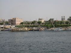 Luxor mit seinen zwei großen Tempelanlagen sowie dem Tal der Könige auf der gegenüberliegenden Seite Nil. Luxor, Surfer, Cairo, Strand, New York Skyline, Temples, Places, Hand Warmers