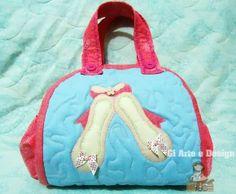 Bolsa infantil em patchwork, estilo maleta, personalizada com motivos aplicados de bailarina. Tecido tricoline 100% algodão. Decorada com apliques e botoes artesanais.