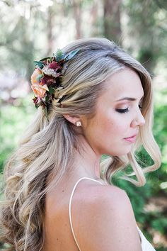 An effortlessly beautiful bridal hairstyle of loose curls swept to the side with a clip made of fresh flowers : Molly Ryan Floral : Bridal Hair Side Swept, Bridal Hair Down, Boho Bridal Hair, Romantic Wedding Hair, Wedding Hair Down, Wedding Hair Flowers, Wedding Hairstyles For Long Hair, Flowers In Hair, Fresh Flowers