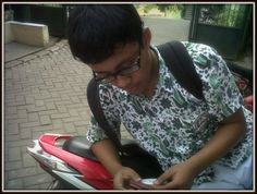 Elang lagi main hp