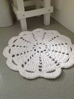 Dandelion Days: A Fabulous Hoooked Zpagetti Rug Pattern. Use any old doily pattern and make a wonderful rug using Hoooked Zpagetti. Carpet Crochet, Crochet Doily Rug, Crochet Rug Patterns, Diy Crochet, Crochet Crafts, Crochet Projects, Simple Crochet, Tshirt Garn, Confection Au Crochet