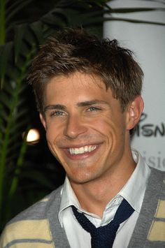 What a cute boyish smile Chris Lowell has! I wish I didn't instantly hate him for being Piz.