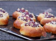 Moravské koláče plněné tvarohovou náplní a posypané drobenkou