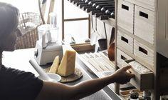 La ricerca estetica di Valcucine si spinge a innovare i prodotti cercando una personalizzazione dove la creatività trova sempre più spazio. Il recupero dell'artigianalità in forma contemporanea ha portato alla possibilità di realizzare intarsi su legno e composizioni su vetro che riproducono vere e proprie opere d'arte. Allora il mobile assume in sé aspetti che lo rendono unico, perché ogni elemento può essere personalizzato come l'acquirente desidera.