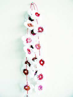 Crochet Flower Garland -Tutorial ❥ thanks so for share xox http://www.patonsyarns.com/data/pattern/pdf/Patons_Graceweb4_cr_flowerapplique.en_US.pdf
