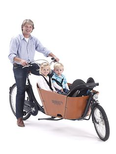 The Babboe City is a robust 2-wheel cargo bike with an attractive design. The striking beech wood container has smooth, curved corners and a high edge for added safety. The tyres are extra thick, making the cargo bike even more comfortable. The colour combination of anthracite grey/cognac together with the cool varnished wooden container gives the Babboe City cargo bike a contemporary and chic look. Dad and Kids!