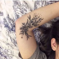 ▷ 1001 + Ideen für Blumen Tattoo Designs und ihre Bedeutungen roses tattoo shoulder, a woman lies in bed and has lifted her arm, so that the tattoo is visible, subtle tatoo Piercings, Piercing Tattoo, Tattoo Arm, Floral Arm Tattoo, Forearm Tattoos, Xo Tattoo, Herb Tattoo, Arm Tattos, Tattoo Quotes