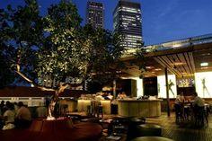 Vista nocturna desde el bar Loof Lounge en Singapur