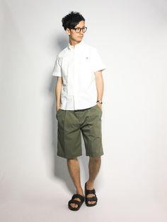 シンプルコーデ。  シンプルな白シャツにカーキのショートパンツで、  大人っぽい色合わせのカジュアル