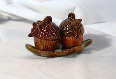 Acorns I have theses salt & pepper acorns. Salt Pepper Shakers, Salt And Pepper, Acorn, Mason Jars, Spices, Tray, Google, Desserts, Vintage