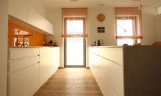 Puristische Küche mit Farbtupfer und Steinarbeitsplatte