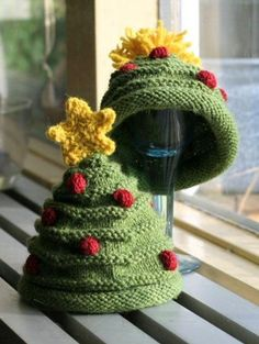 Christmas baby hat; pattern here: http://www.p2designs.com/images/patterns/SetChristmasTree.html