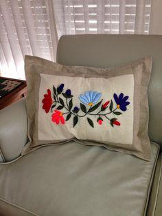 Almohadòn en lienzo y lino bordado a mano en lana