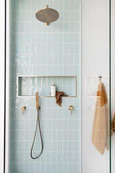 Mooie badkamerinspiratie met glans licht blauwe metrotegels als douchewand. Een ruime inloopdouche met een mat gouden inbouw regendouche en een inbouw nis met een mat gouden profiel. Een handdoekhouder in mat goud. Een mooie douche hoek ter inspiratie voor een scandinavische badkamer. #minciobadkamer #skypejebadkamer #badkamerinspiratie Bathroom Renos, Laundry In Bathroom, Bathroom Renovations, Bathroom Ideas, Best Bathroom Tiles, Remodel Bathroom, Bathroom Colors, Bathroom Fixtures, Bathroom With Window