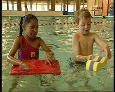 Hoe komt het dat sommige dingen blijven drijven in het zwembad en andere dingen niet? In dit filmpje vind je het antwoord op die vraag. Professor, School, Water, Pirates, Crocodile, Teacher, Gripe Water