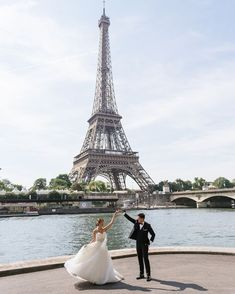 Inspiration board of pre wedding photography in Paris. Pre wedding photo concepts, ideas, locations and outfits examples for your Paris pre wedding. Beach Wedding Photography, Paris Photography, Wedding Photography Inspiration, Torre Eiffel Paris, Tour Eiffel, Paris Engagement Photos, Parisian Wedding, Wedding Photo Gallery, Romantic Photos