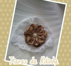 Touquinha branca renda flor dourada bebê