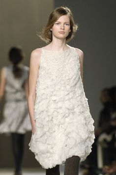 Chloé at Paris Fashion Week Fall 2006 - Livingly White Lace, White Dress, Street Style Shoes, Runway Fashion, Fashion Trends, Paris Fashion, Frou Frou, Textiles, White Outfits