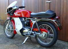 The original 1965 Royal Enfield Gt Continental 250 single Vintage Honda Motorcycles, British Motorcycles, Racing Motorcycles, Standard Motorcycles, Classic Motors, Classic Bikes, Gt Continental, Red Motorcycle, Old Bikes