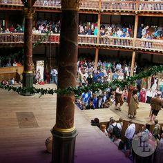 1599 wurde in London das Globe Theatre erbaut und 1644 aufgrund von damalig neuen Gesetzen abgerissen. 1997 wurde Shakespeare's Globe Theater dann in der Hauptstadt von England wiedereröffnet und führt seither jeden Sommer mehrere Stücke des berühmten Schriftstellers auf.