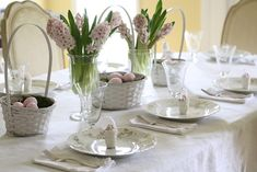 How to decorate your table for easter - eggs, baskets and spring flowers!