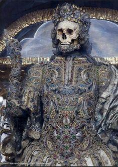 Memento Mori, Armadura Medieval, Cemetery Art, Mystique, Historical Art, Vanitas, Ancient Artifacts, Skull And Bones, Skull Art