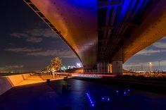 「街灯、ブルーの照明、車の前照灯・・・いろいろな灯りが浮き上がるシーン」(2012/12/3撮影)写真家ひろ・あおきの風景写真の販売を行なっています。|ハンドメイド、手作り、手仕事品の通販・販売・購入ならCreema。