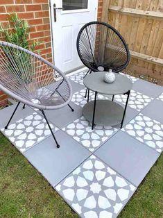 How to DIY: Concrete Garden Slab Stencilling - Home Ideology Don't allow the length of Garden Slabs, Garden Paving, Garden Arbor, Concrete Garden, Diy Concrete, Concrete Cover, Concrete Paving Slabs, Patio Slabs, Patio Tiles