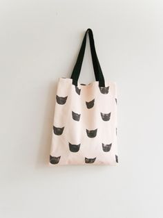 lovely black cat tote bag made by Leah Goren Coach Handbags Outlet, Coach Purses, Purses And Handbags, Coach Bags, Cat Bag, Jute Bags, Beaded Purses, Cotton Bag, Textiles