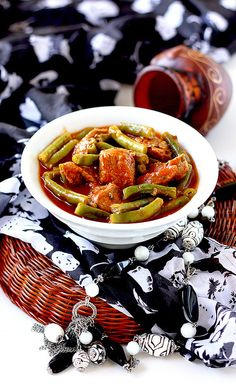Зеленая стручковая фасоль с мясом в томатном соусе