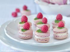 Malinové makronky Cute Desserts, Healthy Dessert Recipes, Fruit Recipes, Sweet Recipes, Delicious Desserts, Cake Recipes, Sweet Cookies, Cake Cookies, Macarons